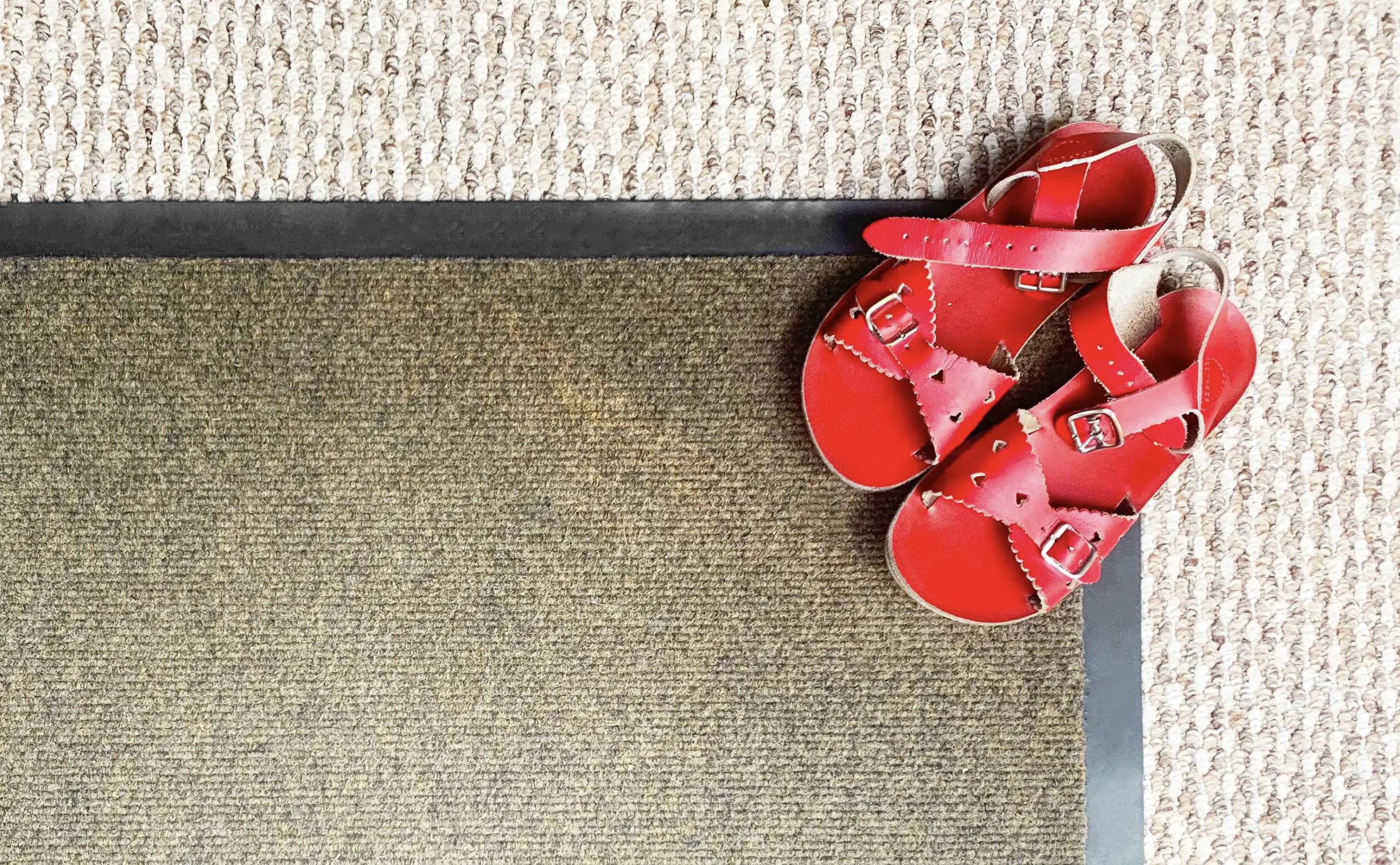 Hướng dẫn 04 cách giặt thảm lót sàn đơn giản