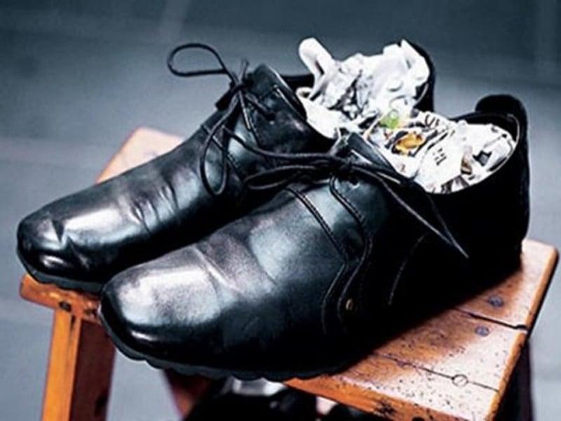 cách làm giày nhanh khô bằng giấy báo