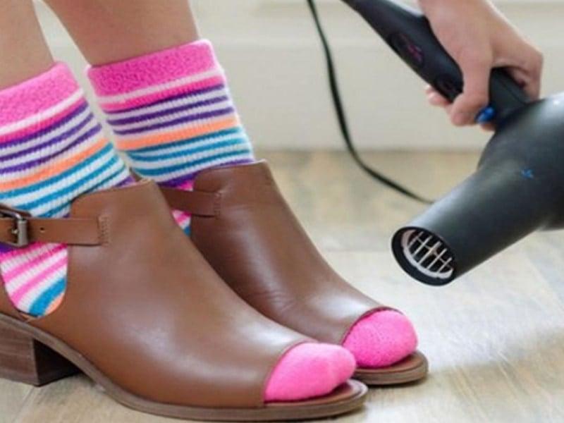 cách làm giày nhanh khô bằng máy sấy tóc