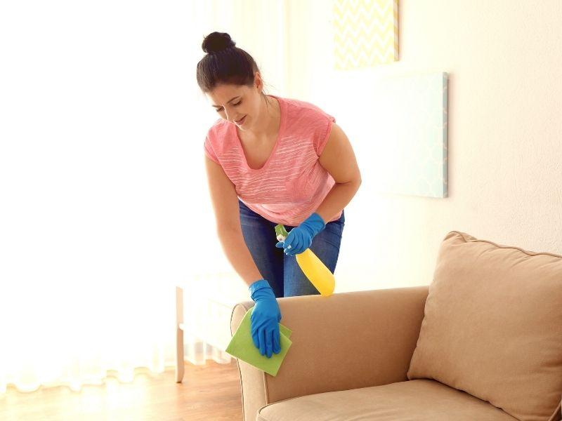 Cách làm sạch ghế sofa nỉ bằng khăn lau