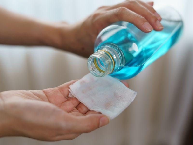Cách làm sạch sofa da bằng Isopropyl alcohol