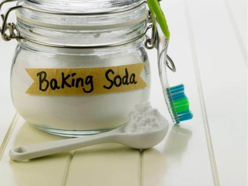 cach-lam-sach-ghe-sofa-da-bang-baking-soda