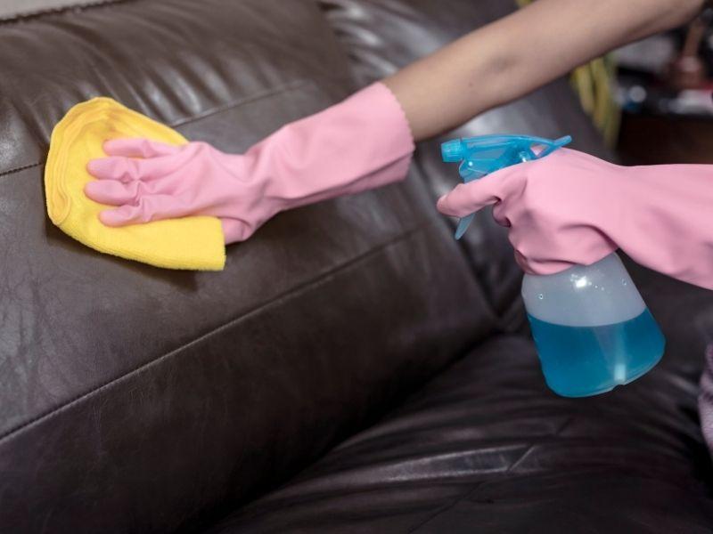 bảo dưỡng ghế sofa bằng khăn mềm