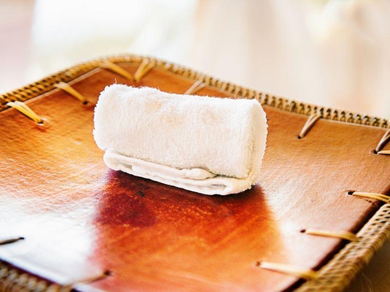 cách giặt nệm gấp bằng khăn ẩm