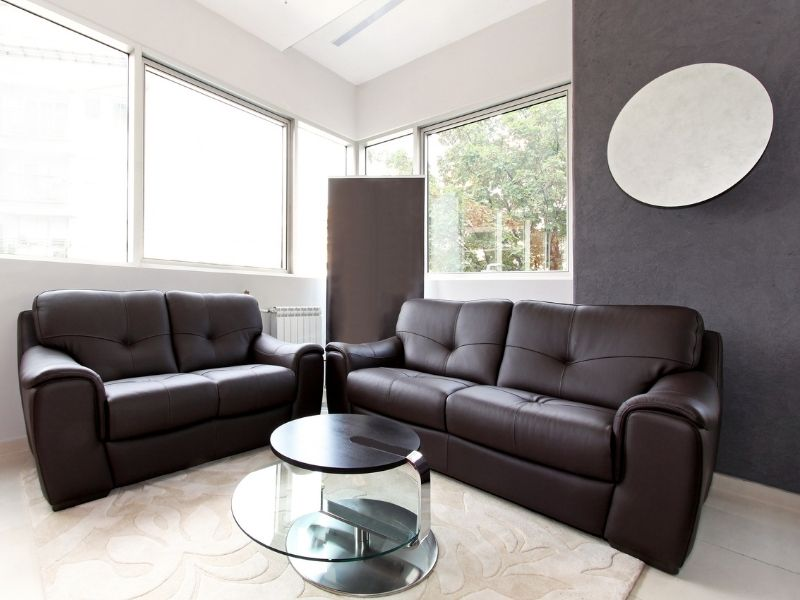 thoa dầu bảo dưỡng ghế sofa bằng da