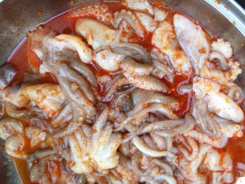 Cách ướp bạch tuộc nướng với sa tế
