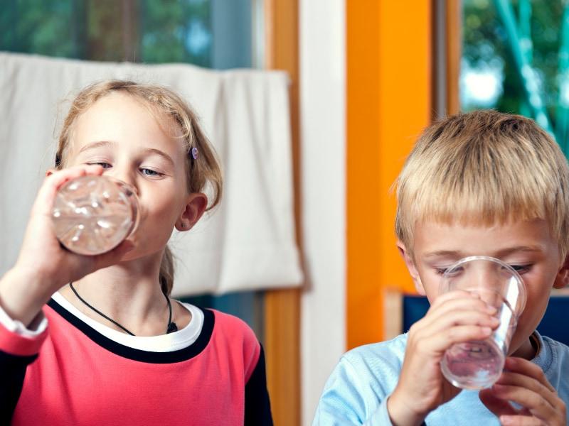 cho trẻ uống nước vào buổi sáng